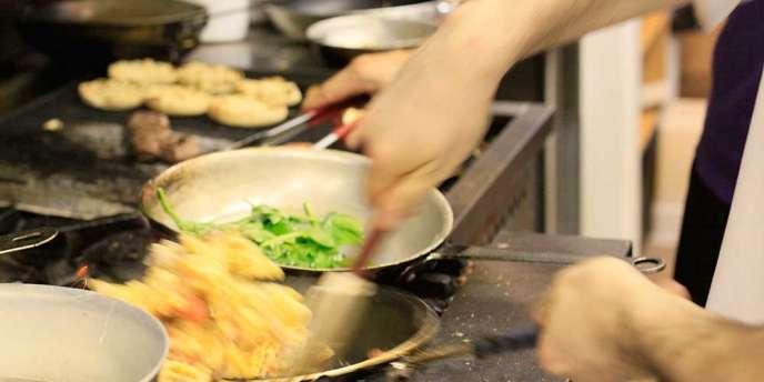 Un produit brut est défini par décret comme étant « un produit alimentaire n'ayant subi aucune modification importante, y compris par chauffage, marinage, assemblage ou une combinaison de ces procédés ».