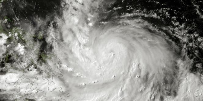 Image satellite du typhon Rammasun arrivant sur les Philippines, le 15 juillet.