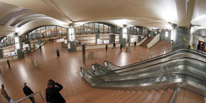 Les escalators de la station de métro Bibliothèque-François-Mitterrand, à Paris, en 2012.