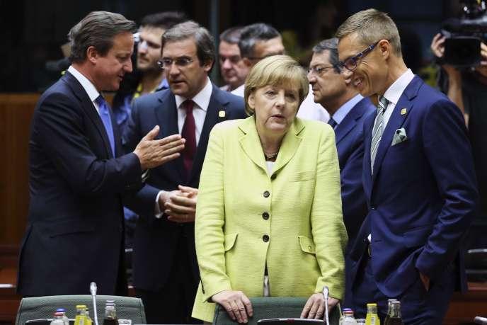 Angela Merkel, entourée des premiers ministres britannique (David Cameron, à gauche), portugais (Pedro Passos Coelho, deuxième à gauche) et finlandais (Alexander Stubb, à droite), le 16 juillet, à Bruxelles.