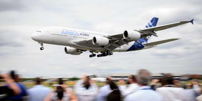 Un Airbus A380 effectue un vol de démonstration, le 16 juillet, au salon aéronautique de Farnborough.