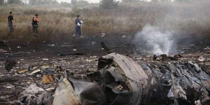 Des membres du ministère des situations d'urgence de l'Ukraine aux abords du site du crash du Boeing de Malaysia Airlines, le 17juillet.