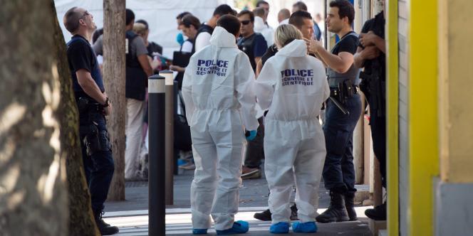 Des policiers enquêtent sur le lieu d'un homicide à Marseille, le 17 juillet.