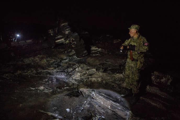 Des miliciens prorusses surveillent le site du crash, le 18 juillet, près du village de Hrabove, en Ukraine.