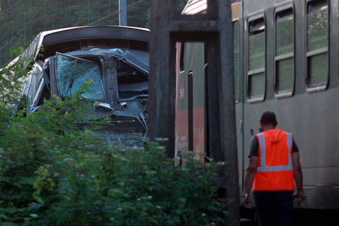 Sur les lieux de la collision entre un TER et un TGV près de Pau le 17 juillet.