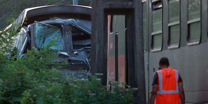 Sur la scène de la collision entre un TGV et un TER près de Pau, le 17 juillet.