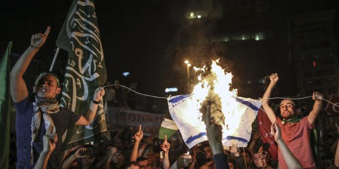 Réunis à l'appel d'organisations pro-islamistes pour dénoncer les opérations militaires de l'Etat hébreu dans la bande de Gaza, la foule a lancé de pierres, brisant des vitres du consulat.