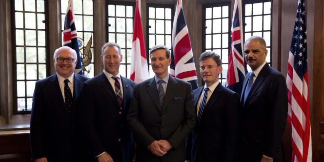 Le ministre de la justice australien George Brandis, à gauche, lors d'une réunion à Londres le 9 juillet avec des élus de plusieurs pays anglophones consacrée à la sécurité informatique.