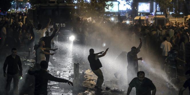 La police antiémeute déployée en nombre est intervenue à plusieurs reprises en faisant usage de gaz lacrymogènes et de canons à eau pour disperser les manifestants.