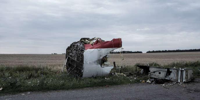 Une partie de l'avion sur le lieu du crash, près du village de Hrabove, en Ukraine, le 18 juillet.