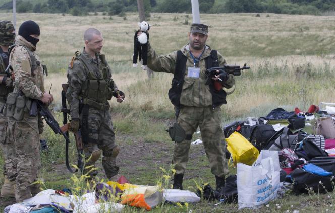 Des séparatistes sur les lieux du crash du vol MH17 en Ukraine, le 18 juillet.