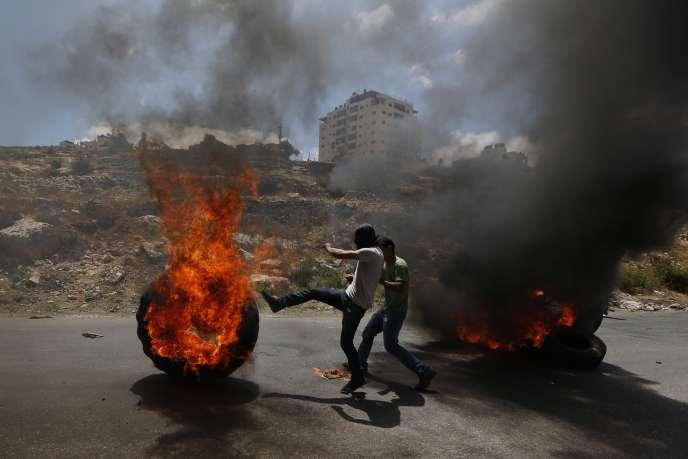 Des manifestants palestiniens devant la prison militaire israélienne d'Ofer, près de Ramallah, vendredi 18 juillet.
