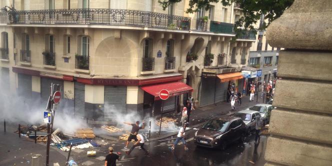 Dans les rues qui jouxtent la station de métro Barbès, les pierres répondent aux gaz lacrymogènes.