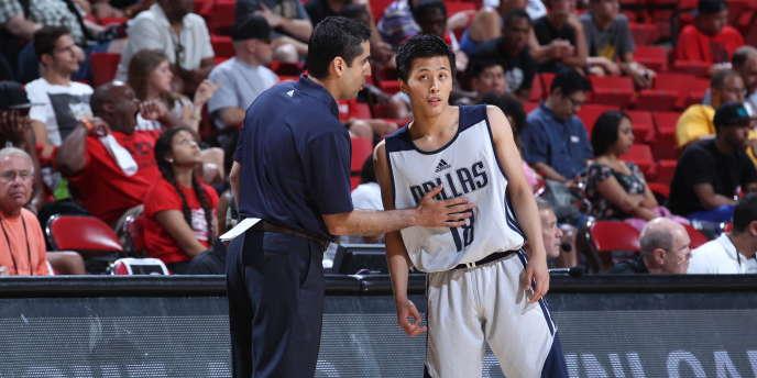 Le n°18 des Dallas Mavericks, Yuki togashi, tend l'oreille au coach Kaleb Canales.