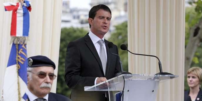C'est sous les applaudissements que Manuel Valls a quitté dimanche 20 juillet en fin de matinée le square de la place des Martyrs-Juifs-du-Vélodrome-d'Hiver, à Paris.