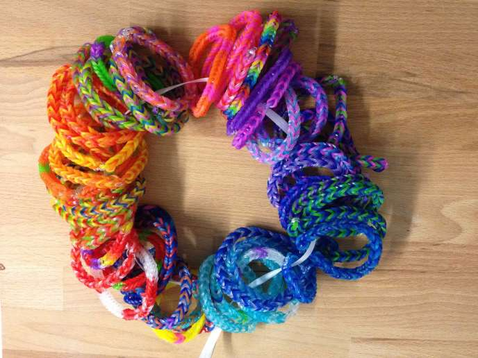 Bracelets Rainbow Loom réalisés par Les Fées graphiques (lesfeesgraphiques.com) en faveur de l'Association Un Bracelet contre le cancer.