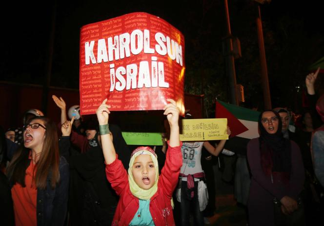 Sur l'affiche d'une jeune Turque protestant, vendredi 18 juillet 2014, contre Israël devant l'ambassade de l'Etat juif à Ankara, le slogan :