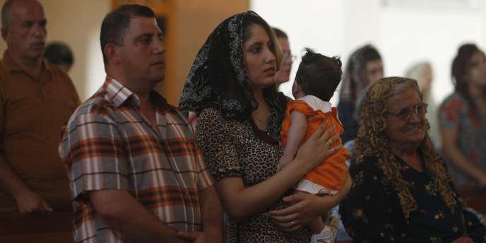 Des chrétiens irakiens attendent une messe dans l'église chaldéenne Saint Joseph de Bagdad, le 20 juillet 2014.