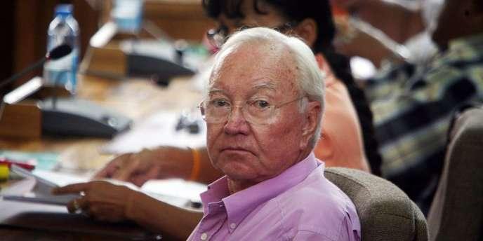 Gaston Flosse, qui domine la vie politique polynésienne depuis plus de trente ans, est par ailleurs soupçonné de possibles irrégularités dans l'octroi de marchés pour la construction d'un hôpital.