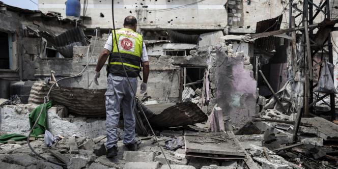 Un Palestinien de la défense civile regarde les destructions provoquées par l'armée israélienne, à Chadjaiya, dans la banlieue de Gaza, le 20 juillet.
