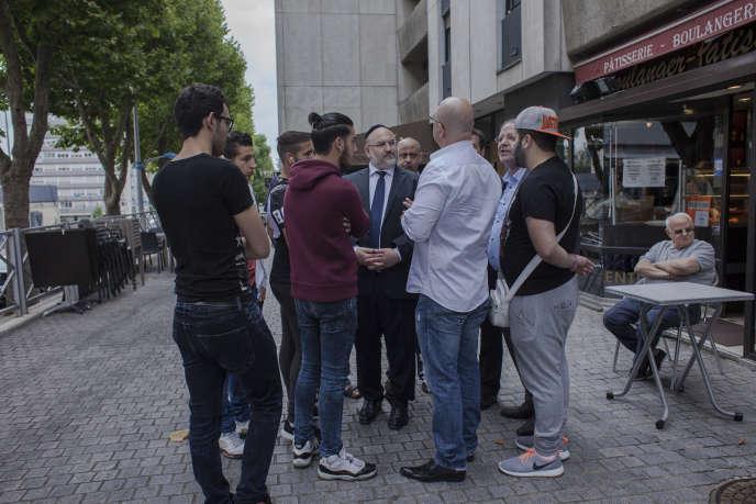 Le rabbin de Sarcelles (Val-d'Oise), Laurent Berros (au centre), et des membres de la communauté juive de la ville, lundi 21 juillet.