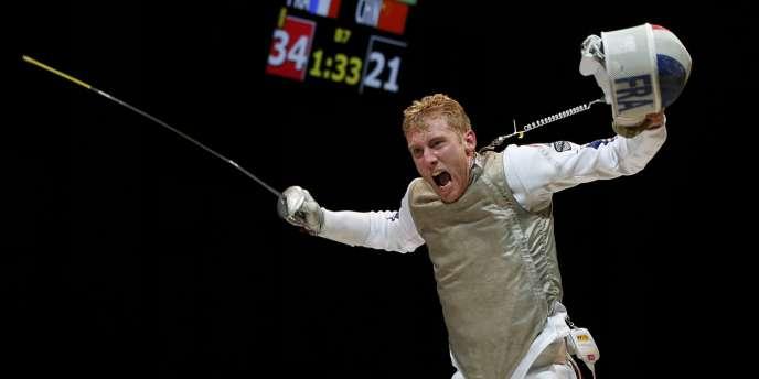 Julien Mertine laisse exploser sa joie après la victoire de son équipe face à la Chine, mardi 22 juillet aux championnats du monde d'escrime à Kazan, en Russie.
