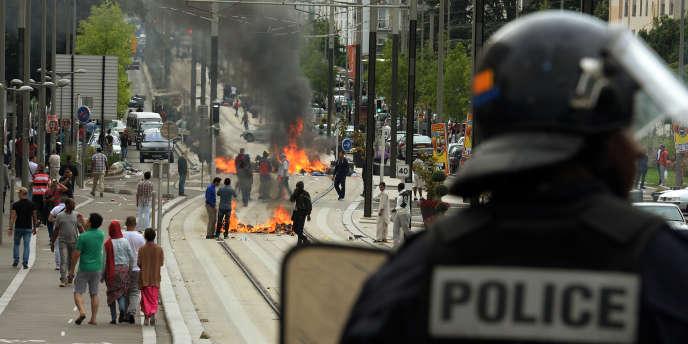 Un policier pendant les affrontements lors de la manifestation propalestinienne interdite le 20juillet à Sarcelles, en banlieue parisienne.