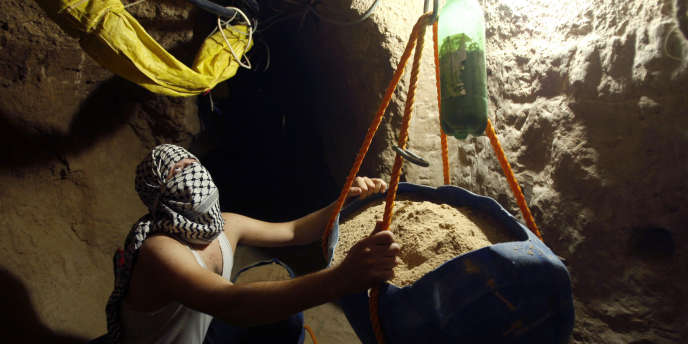 Un Palestinien répare un tunnel à Rafah, entre la bande de Gaza et l'Égypte, en janvier 2009.