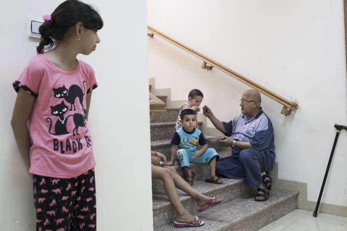 18 familles chrétiennes (syriaques orthodoxes) de Mossoul qui ont fui la progression de l'État Islamique en Irak et au Levant, ont trouvé refuge dans les caves de l'église Oum Nour, dans le quartier d'Ankawa à Erbil, en Irak, le 22 juillet.