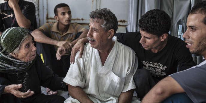 Des Palestiniens pleurent la mort d'un de leurs proches tué dans une attaque israélienne à Gaza, le 21juillet.
