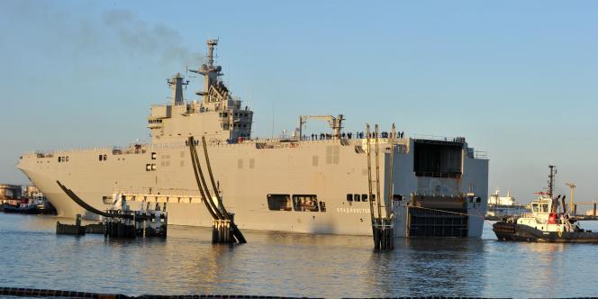 Le « Vladivostok », un navire de type Mistral vendu par la France à la Russie, dans le port de Saint-Nazaire, le 5 mars.