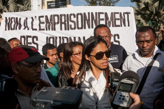 A Antananarivo, manifestation de soutien aux deux journalistes emprisonnés, lundi 21 juillet 2014, après avoir mis en cause des personnalités politiques dans le quotidien