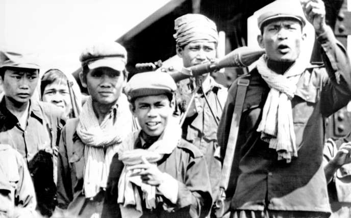 Des soldats Khmers rouges à la frontière thaïlandaise le 20 avril 1975.