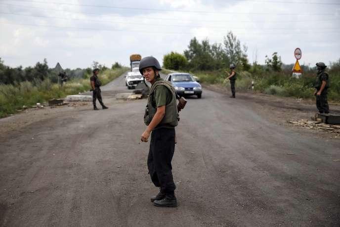 Des militaires ukrainiens à un barrage près de Sloviansk, en Ukraine, le 19juillet.
