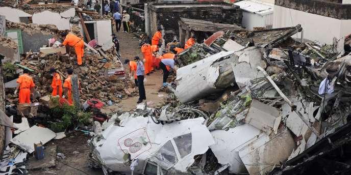 Les secours sur les lieux du crash du vol de TransAsia Airlines à Taïwan, le 24 juillet.