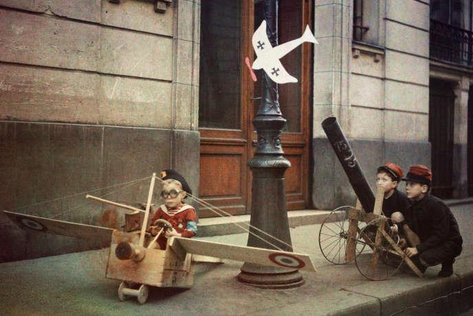Léon Gimpel fait poser des enfants, armes en carton en mains, dans les rues de Paris.