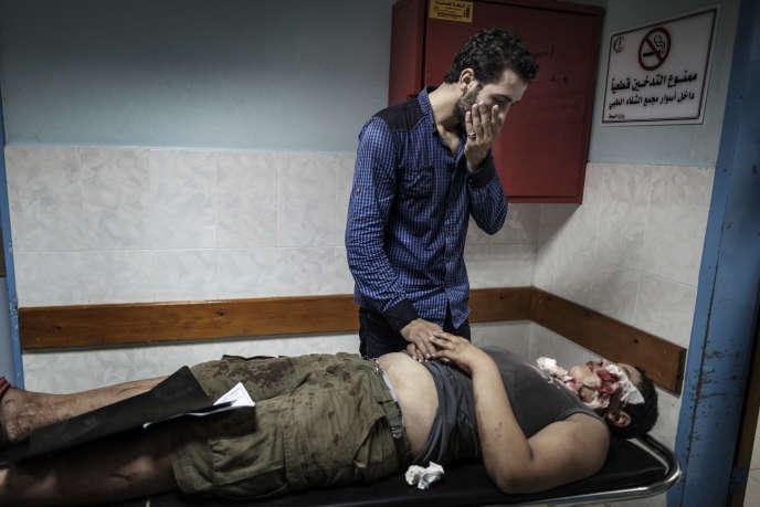 Un Palestinien blessé arrive à l'hôpital de Al-Shifa, à Gaza, le 24 juillet.