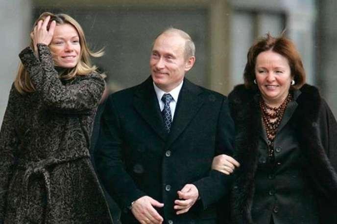 De gauche à droite Maria Poutina, Vladimir Poutine et son ex-femme Lyudmilla.