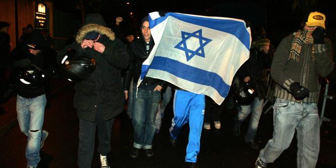 Des membres de la LDJ lors d'une manifestation à Clamart en novembre 2004.