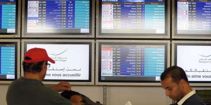Le ministre de l'intérieur, Bernard Cazeneuve, a déclaré vendredi 25 juillet sur RTL qu'« aucune hypothèse ne peut être écartée », estimant que la piste d'une explosion en vol n'était pas « la plus probable ».