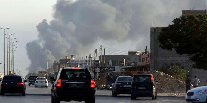 D'épaisse colonnes de fumée s'élevaient à plusieurs endroits le long de la route menant à l'aéroport.