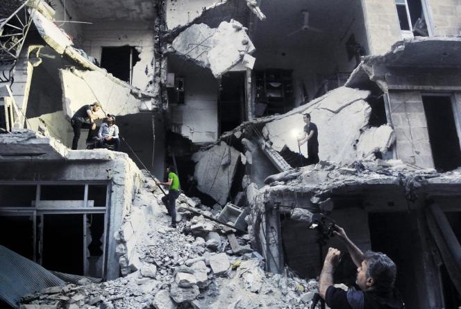 Dans un immeuble éventré du quartier de Salaheddine, dans le sud-ouest d'Alep, techniciens et comédiens improvisent un studio pour une scène de la sitcom