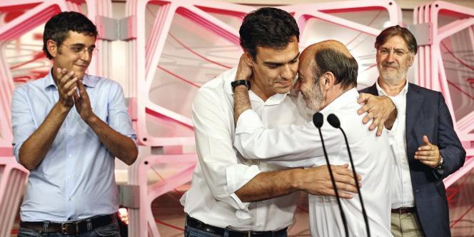 Le 13 juillet, Pedro Sanchez a créé la surprise et obtenu 49 % des voix des militants du Parti socialiste espagnol. Il succède à Alfredo Perez Rubalcaba, le félicitant ici à l'issue du scrutin.
