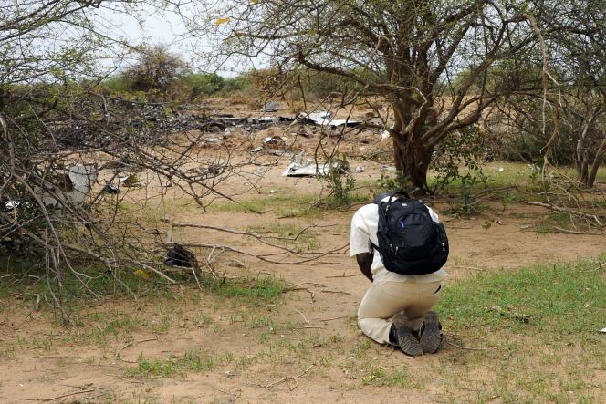 Un représentant des victimes burkinabées se recueille sur les lieux du crash, samedi 26 juillet.