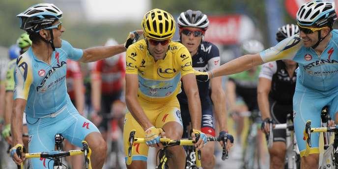 Vincenzo Nibali félicité par ses coéquipiers d'Astana le jour de l'arrivée du Tour, le27juillet.
