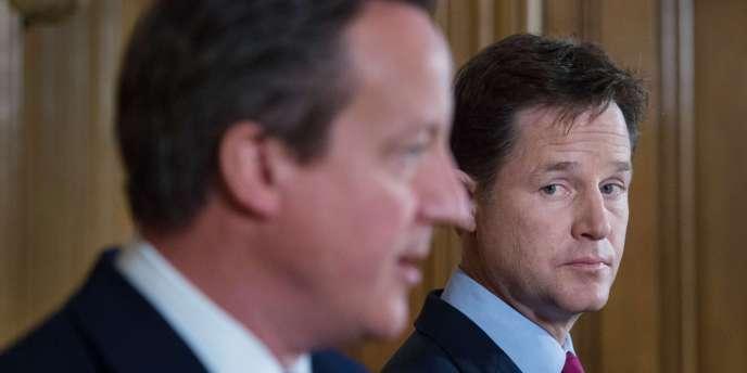 Nick Clegg, au second plan, et David Cameron, le 10 juillet à Londres lors d'une conférence de presse.