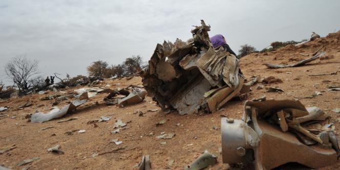 Débris du vol AH 5017 dans la région de Gossi (nord du Mali), samedi 26 juillet.