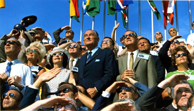 Le président américain Johnson assistant au décollage d'Apollo 11, le 16 juillet 1969, extrait de