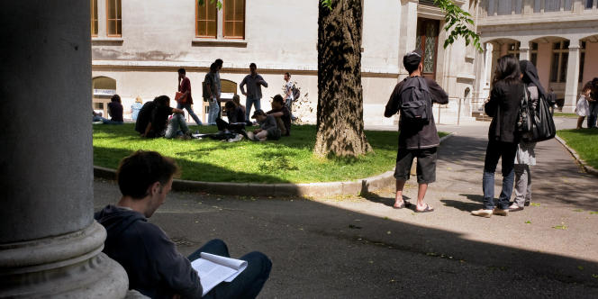 Des étudiants sur le campus de l'Université Lyon 2.