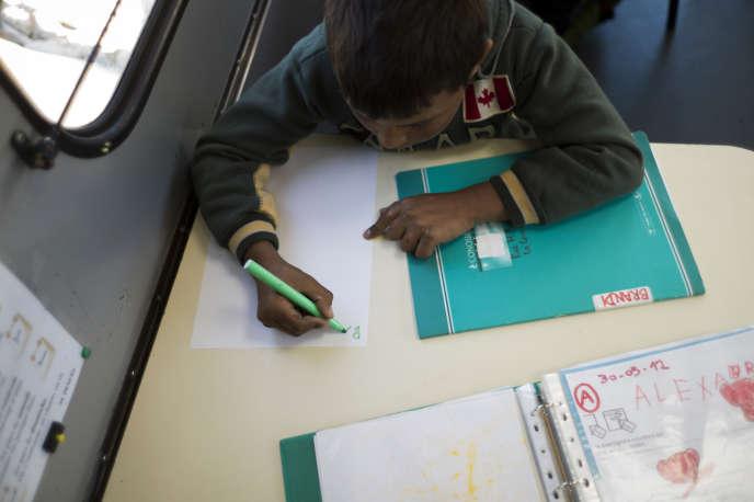 Un enfant rom dans un camion-école au Bourget (Seine-Saint-Denis) en septembre 2012.